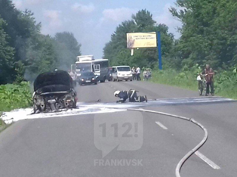 На Франківщині посеред дороги загорівся автомобіль 2