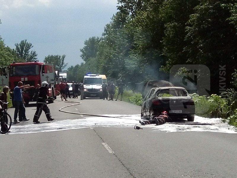 На Франківщині посеред дороги загорівся автомобіль 4