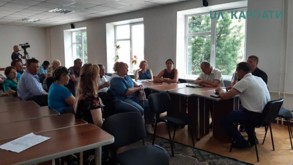 У Рожнятівській РДА жителі сіл вимагали відремонтувати дороги 8