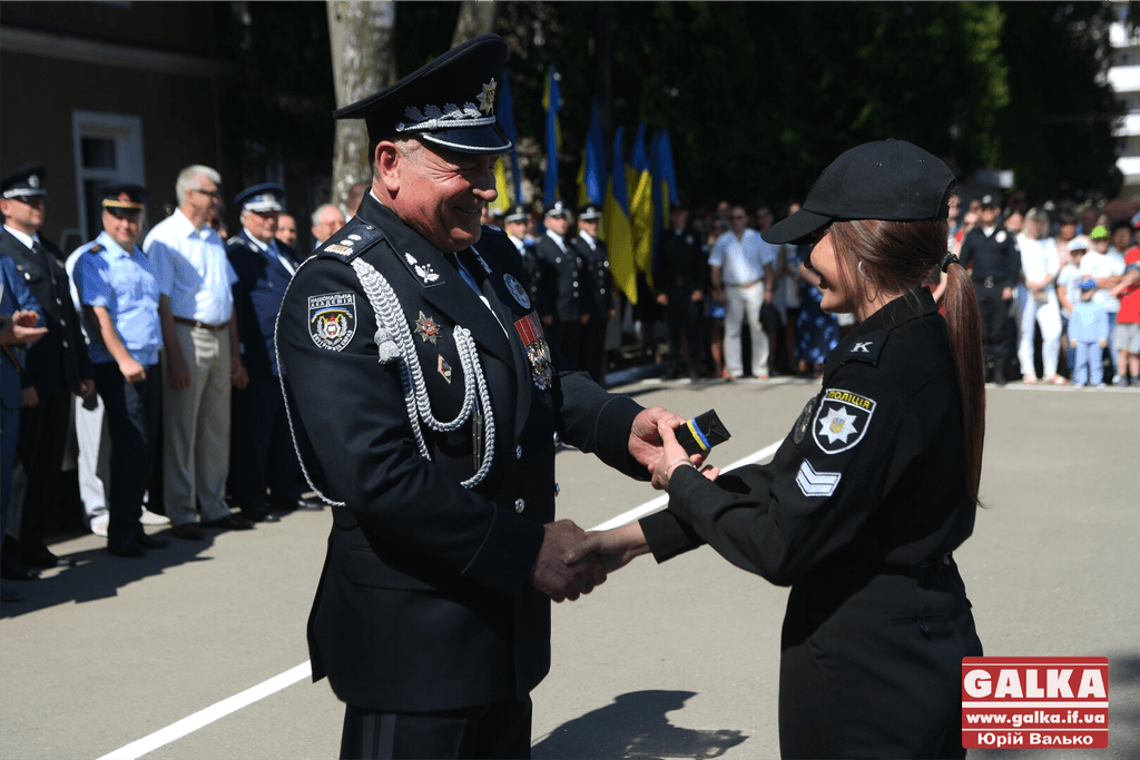 У Франківську майже півтори сотні випускників академії внутрішніх справ отримали перші офіцерські звання 16