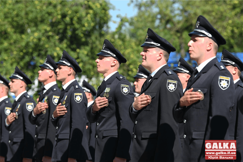 У Франківську майже півтори сотні випускників академії внутрішніх справ отримали перші офіцерські звання 1