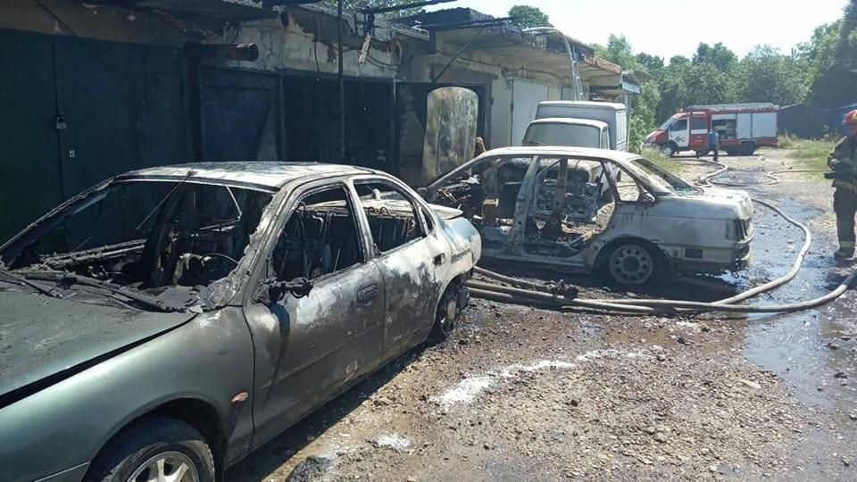 У Долині згоріли два автомобілі, ще один пошкоджено 2