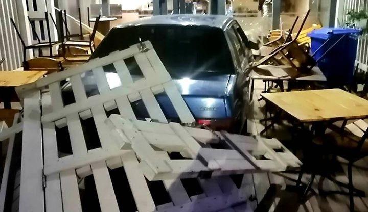 У Франківську нетверезий водій розтрощив вітрину кафе (фоторепортаж)