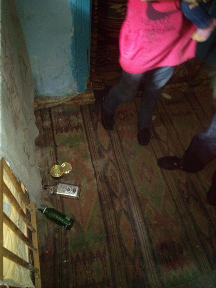 Бруд, алкоголь і відсутність їжі: на Косівщині поліція оштрафувала горе-матір 2