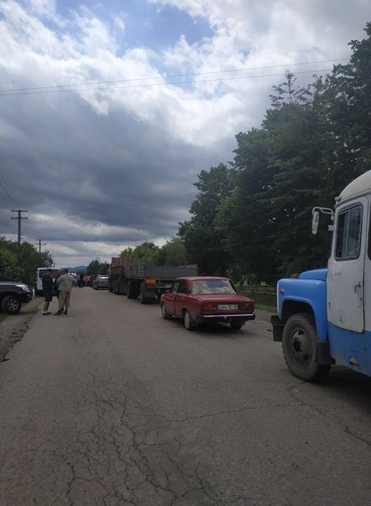 На Коломийщині селяни перекрили дорогу – вимагають її ремонту 4