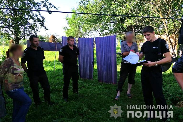 Поліцейські зірвали на подвір'ї у прикарпатця понад 300 рослин маку 3