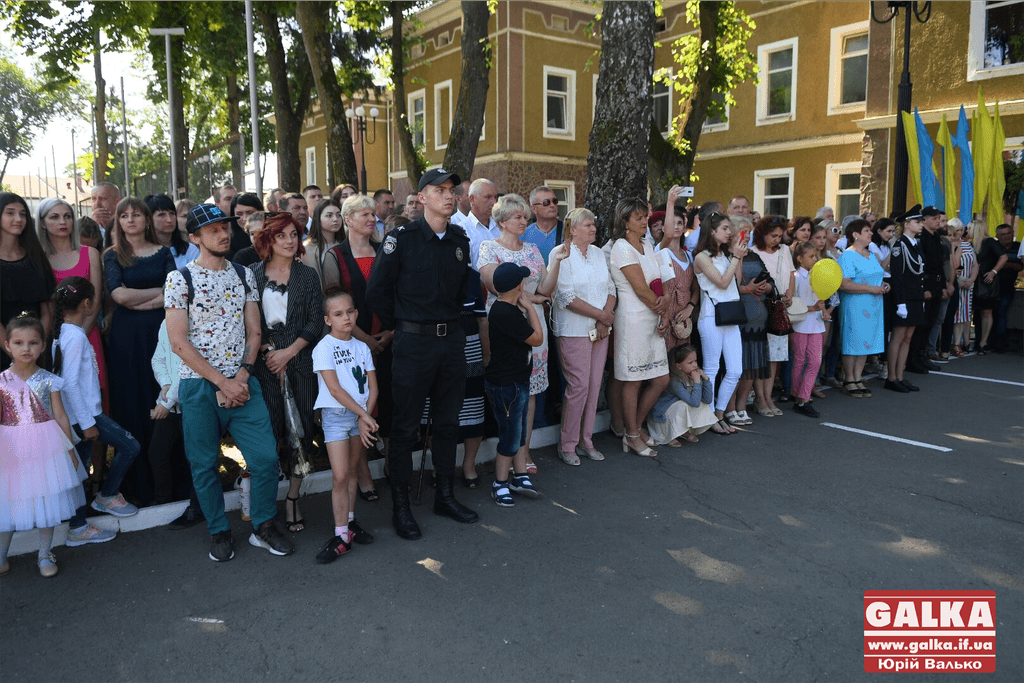 У Франківську майже півтори сотні випускників академії внутрішніх справ отримали перші офіцерські звання 6
