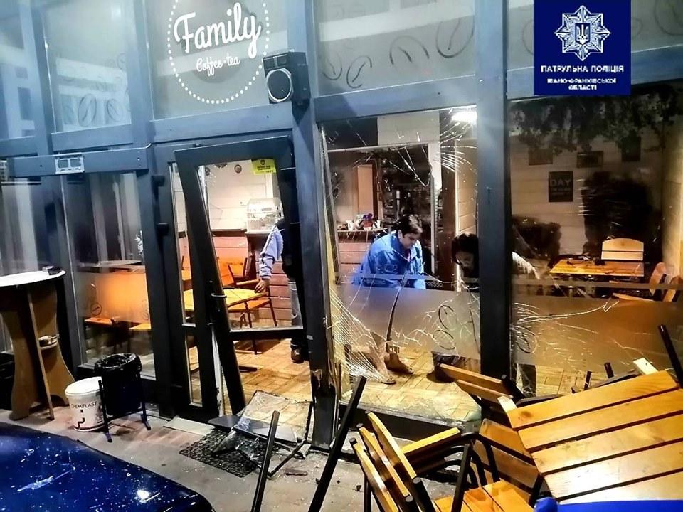 На Пасічній п'яний водій в'їхав у кафе 2