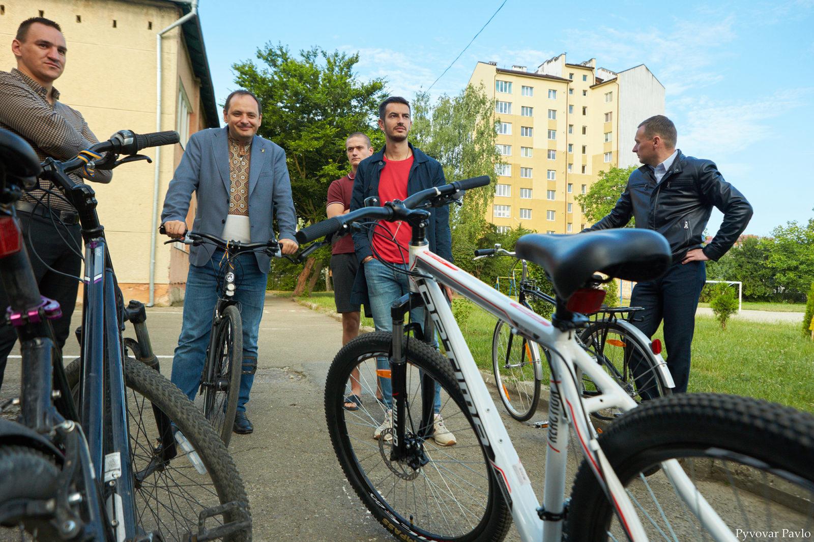 Марцінків на велосипеді перевірив, як прибирають вулиці Хмельницького та Вовчинецьку 4