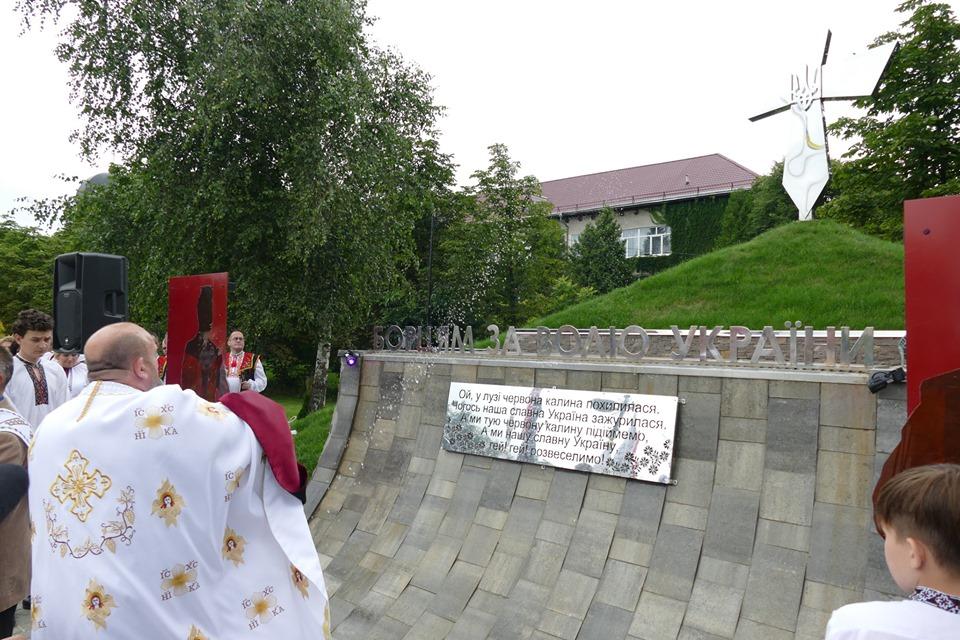 """У Брошнів-Осаді відкрили пам'ятник """"Борцям за волю України"""" 1"""