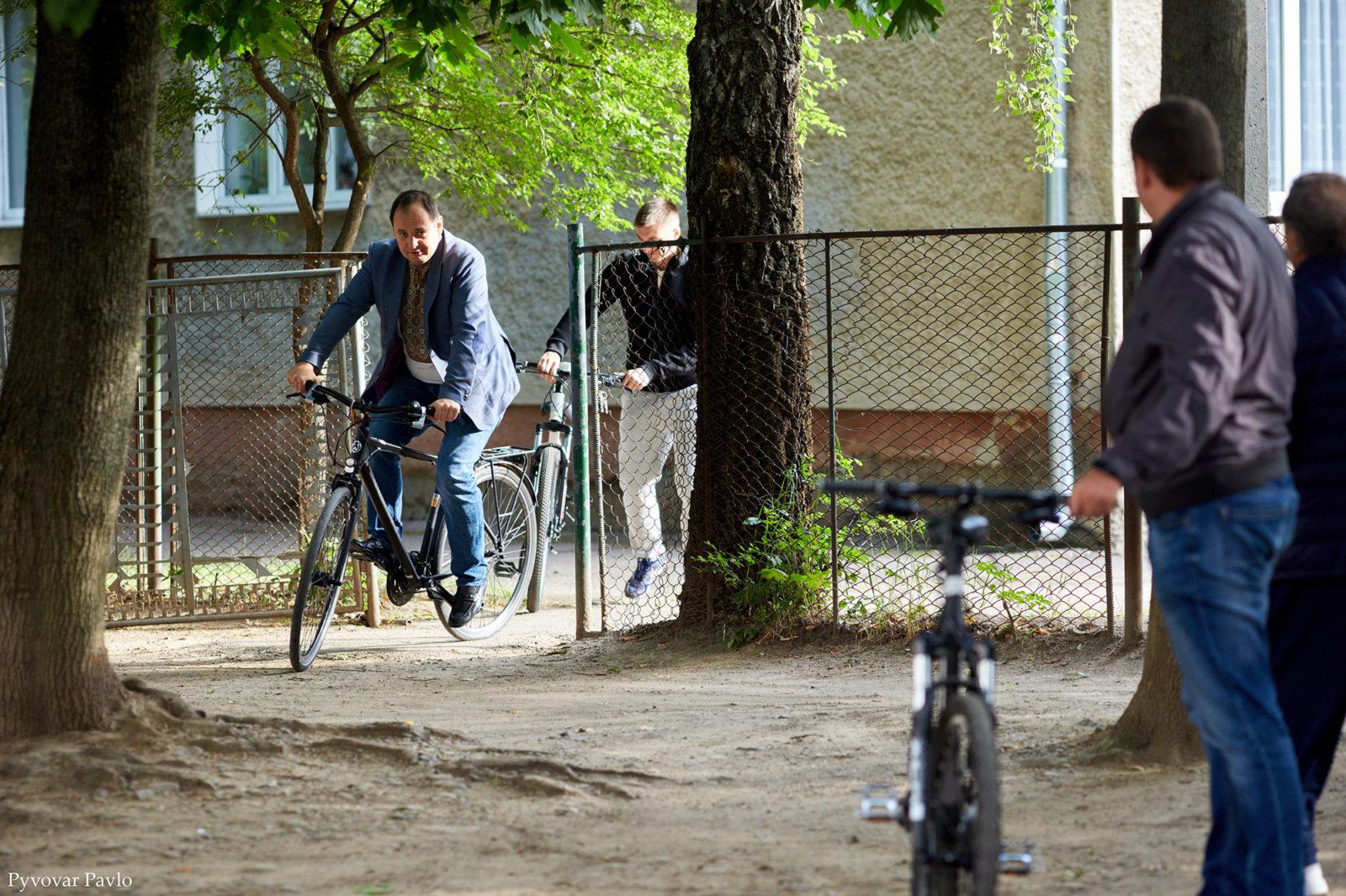 Марцінків на велосипеді перевірив, як прибирають вулиці Хмельницького та Вовчинецьку 2
