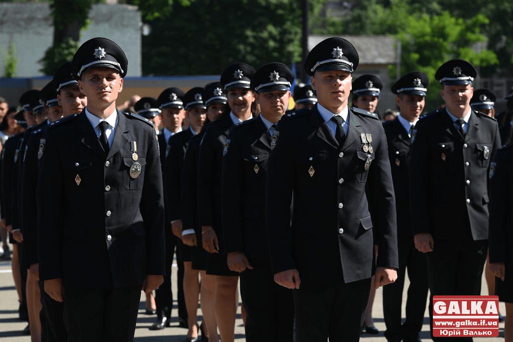 У Франківську майже півтори сотні випускників академії внутрішніх справ отримали перші офіцерські звання 4