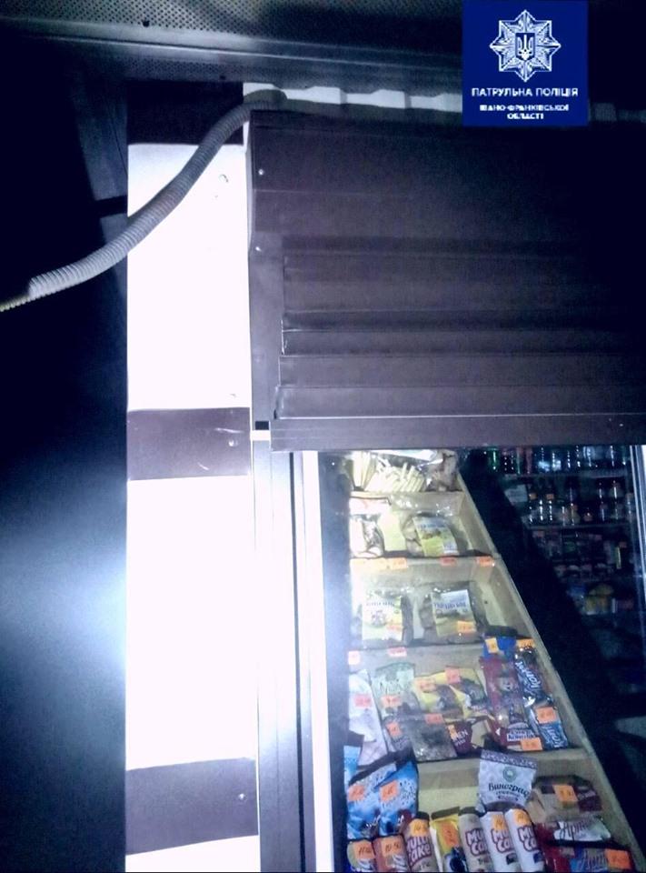 У Франківську патрульні затримали чоловіка, який пошкодив жалюзі та розбив вікно у кіоску 2