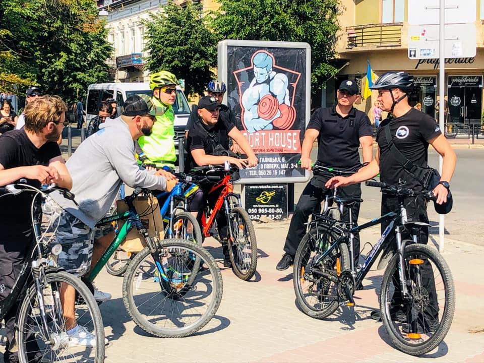 Поліцейські Івано-Франківщини зустрілися з велосипедистами і проїхалися вулицями міста 1