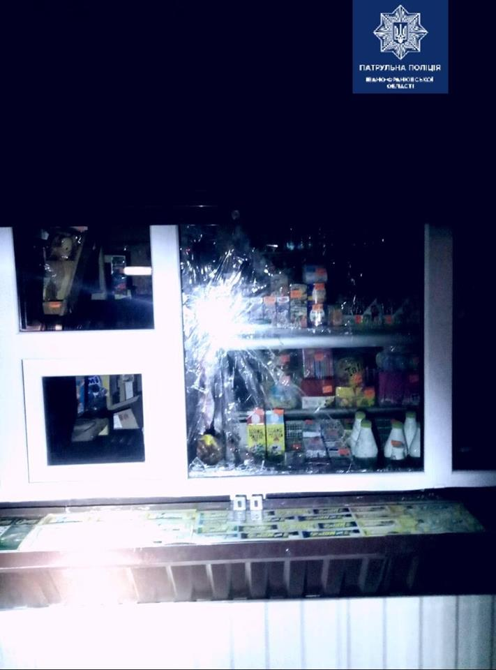 У Франківську патрульні затримали чоловіка, який пошкодив жалюзі та розбив вікно у кіоску 4