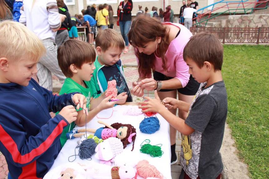 """Різьбяр, прядильник, ліжникар: у Косові для дітей провели """"майстерню етнопрофесій"""" 2"""