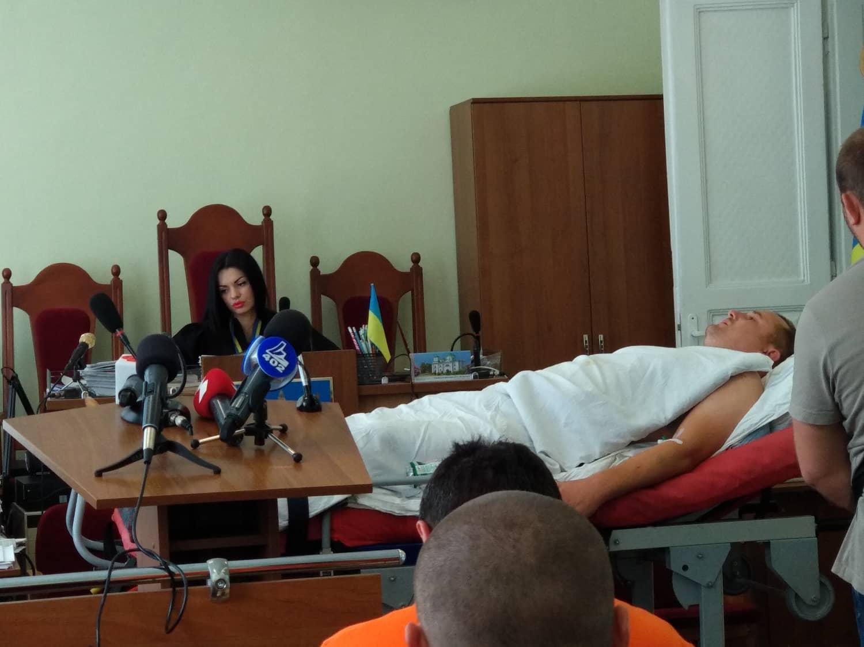 Суд обирає запобіжний захід Богдану Проціву:  підозрюваного у залу доставили на ношах 4