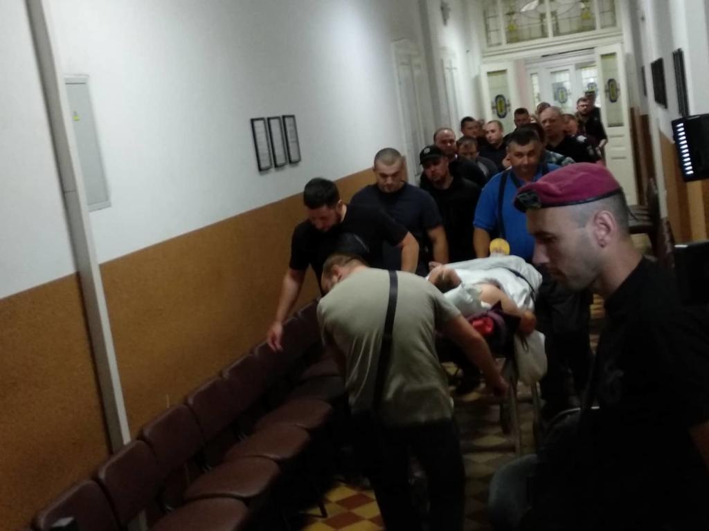 Суд обирає запобіжний захід Богдану Проціву: підозрюваного у залу доставили на ношах 3