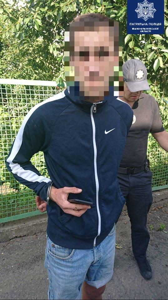У Франківську патрульні затримали двох молодиків з наркотиками, які начебто отримали поштою 2