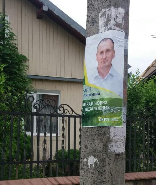 Прикарпатські енергетики розповіли, які кандидати найбільше обклеюють електроопори 10