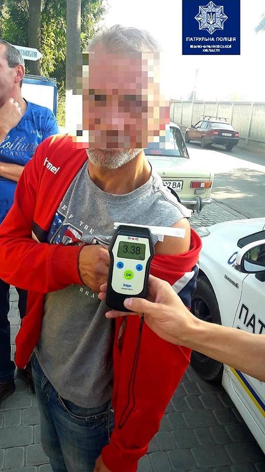 У Франківську нетверезий водій скоїв ДТП, втік та врізався в електроопору 2