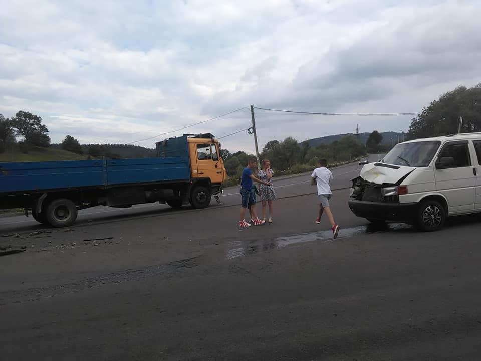 У Делятині зіштовхнулися мікроавтобус з трьома дітьми і вантажівка 2