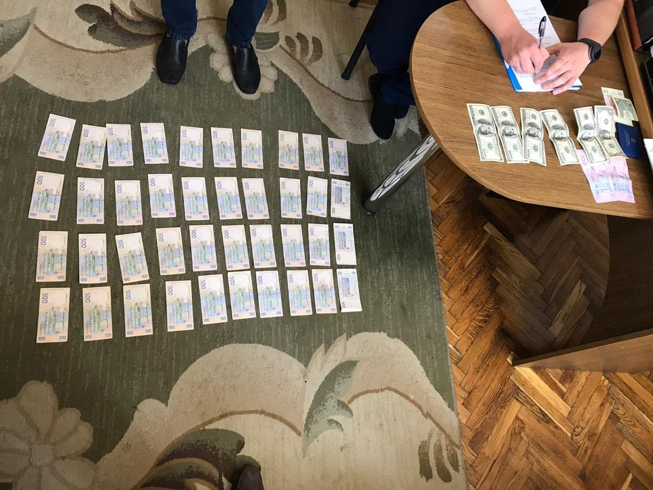 На Франківщині посадовця виконавчої служби взяли на хабарі 30 000 грн 2