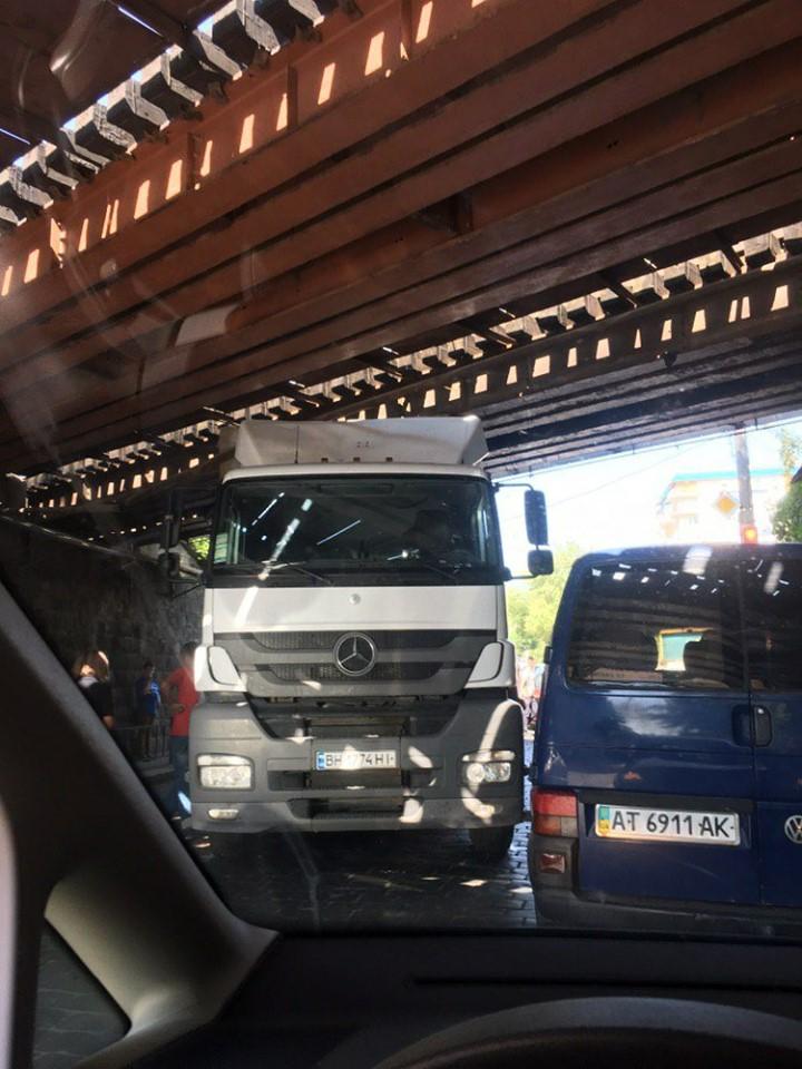 Дві години у Франківську визволяли фуру, яка застрягла під залізничним мостом 2