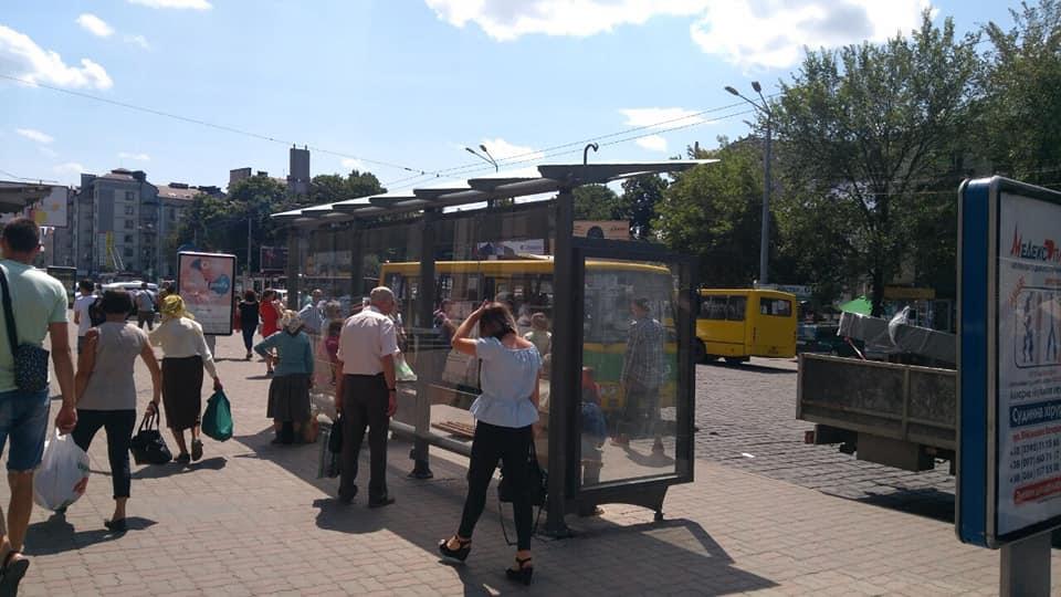 Нові автобусні зупинки встановили у Франківську та Чернієві 2