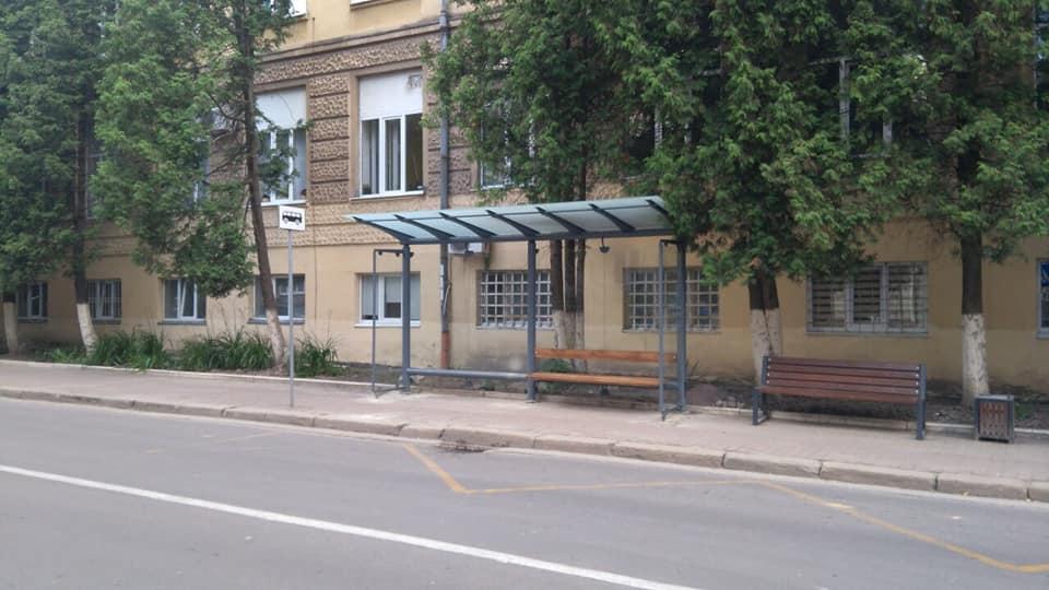 Нові автобусні зупинки встановили у Франківську та Чернієві 4