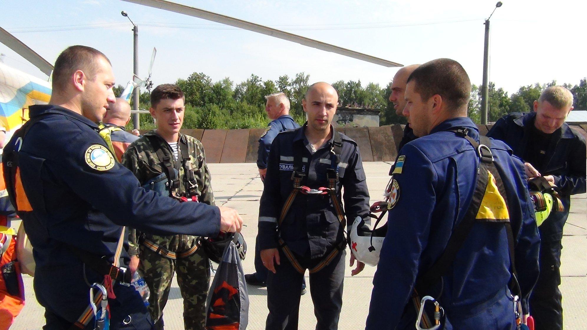 Прикарпатські рятувальники вчаться гасити лісові пожежі з літаків та гелікоптерів 8