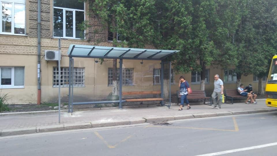 Нові автобусні зупинки встановили у Франківську та Чернієві 6