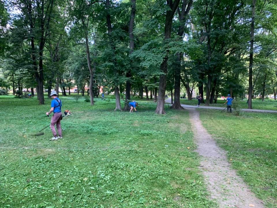 У парку Воїнів-інтернаціоналістів почали наводити лад 12