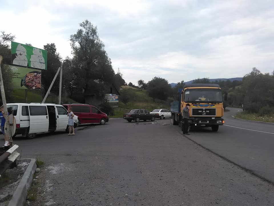 У Делятині зіштовхнулися мікроавтобус з трьома дітьми і вантажівка 4