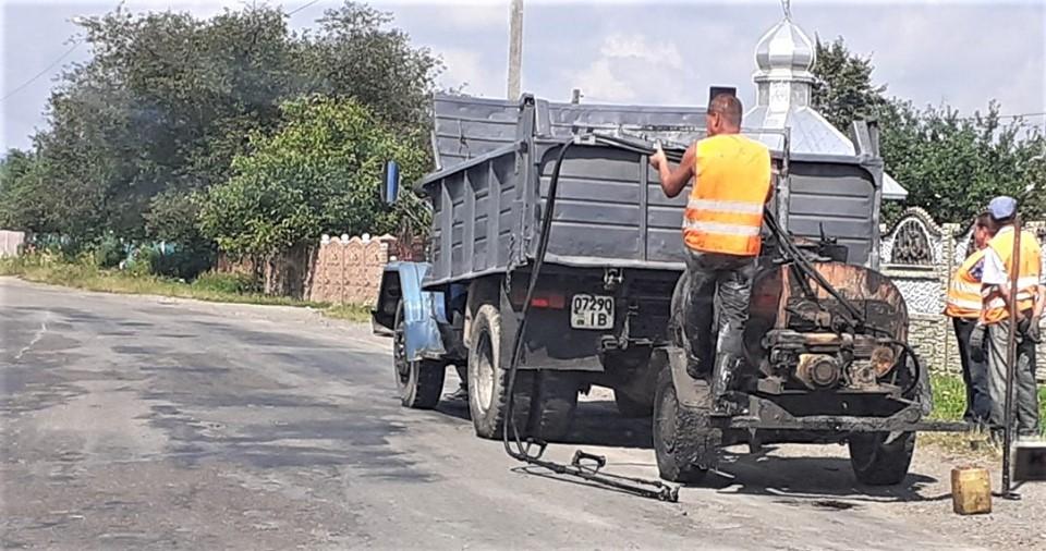 На Прикарпатті латають автотрасу до Гути 8