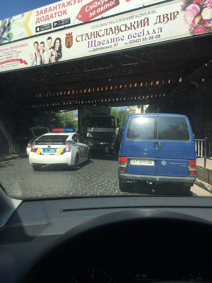 Дві години у Франківську визволяли фуру, яка застрягла під залізничним мостом 4