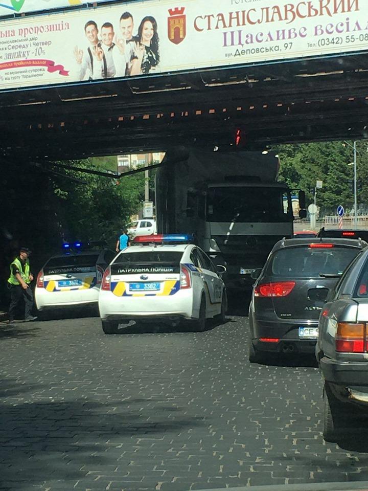 Дві години у Франківську визволяли фуру, яка застрягла під залізничним мостом 6