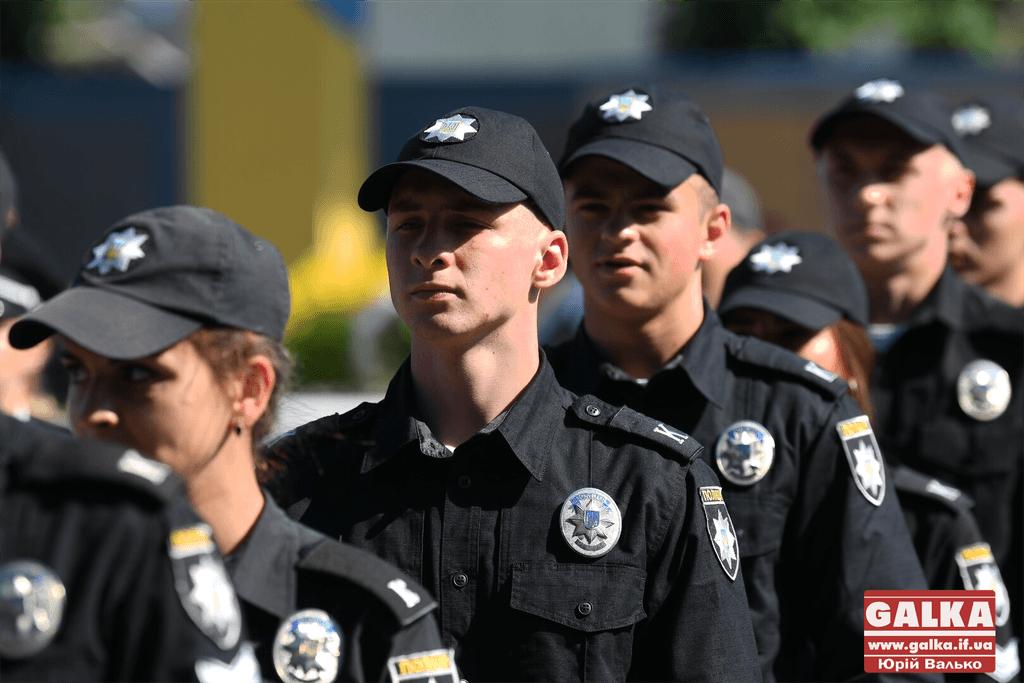 У Франківську майже півтори сотні випускників академії внутрішніх справ отримали перші офіцерські звання 10
