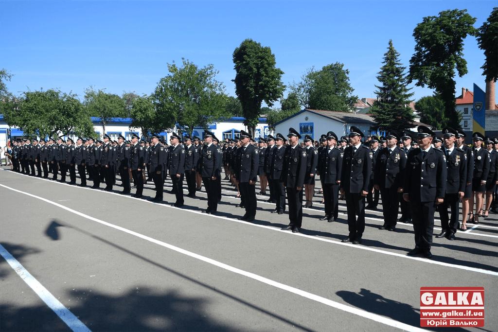 У Франківську майже півтори сотні випускників академії внутрішніх справ отримали перші офіцерські звання 14
