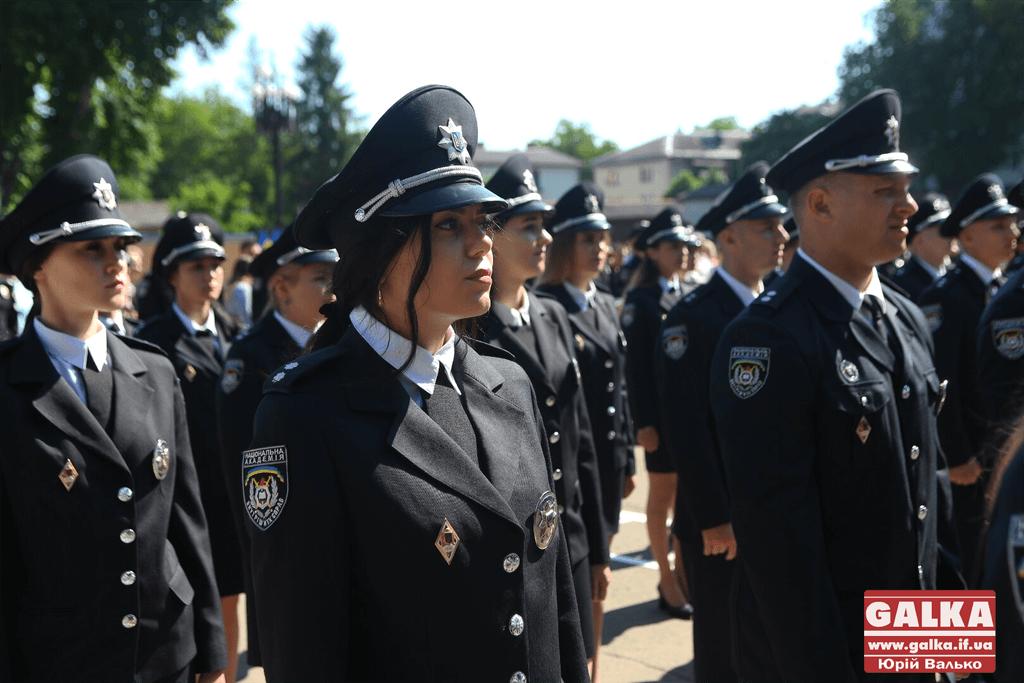 У Франківську майже півтори сотні випускників академії внутрішніх справ отримали перші офіцерські звання 9
