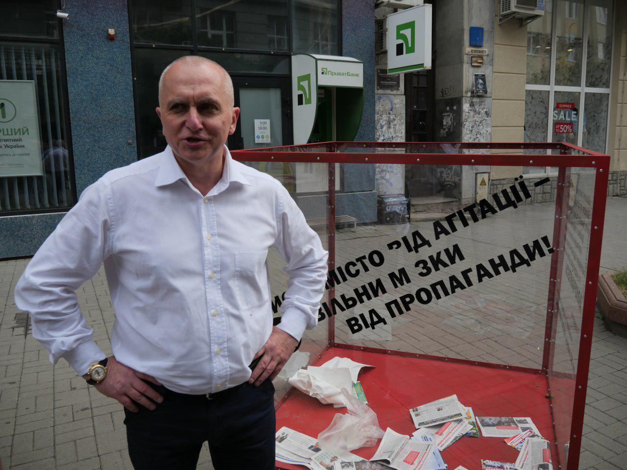 """У Франківську встановили """"смітник агітації"""", аби звільнити місто і мізки від передвиборної макулатури 2"""
