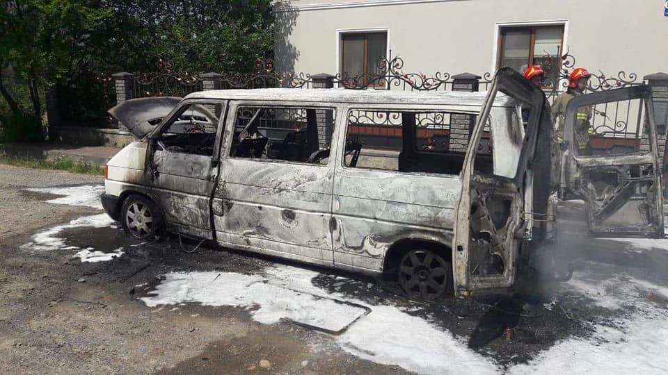 В Угринові згорів мікроавтобус Volkswagen 2