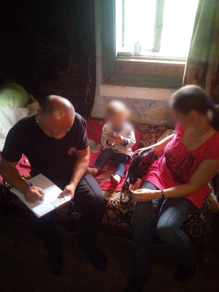 Бруд, алкоголь і відсутність їжі: на Косівщині поліція оштрафувала горе-матір 6