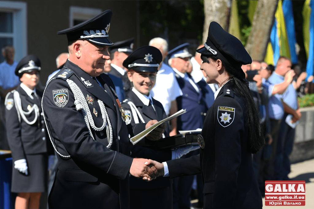 У Франківську майже півтори сотні випускників академії внутрішніх справ отримали перші офіцерські звання 12