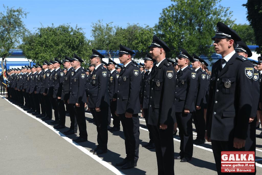 У Франківську майже півтори сотні випускників академії внутрішніх справ отримали перші офіцерські звання 26