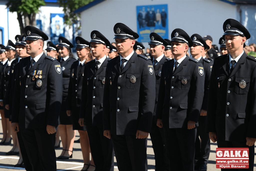 У Франківську майже півтори сотні випускників академії внутрішніх справ отримали перші офіцерські звання 28