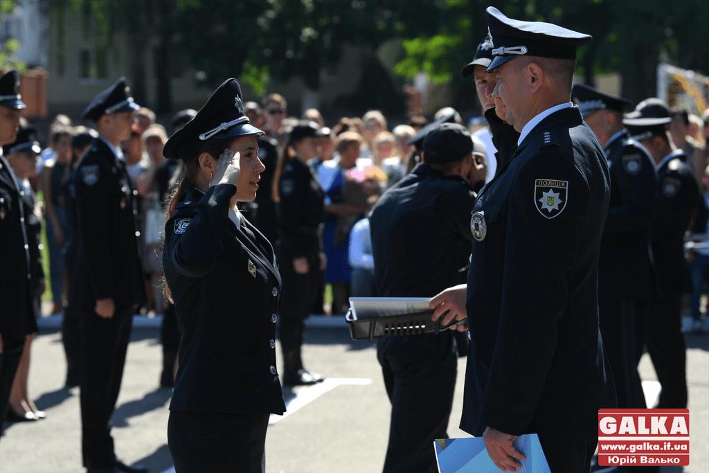 У Франківську майже півтори сотні випускників академії внутрішніх справ отримали перші офіцерські звання 32