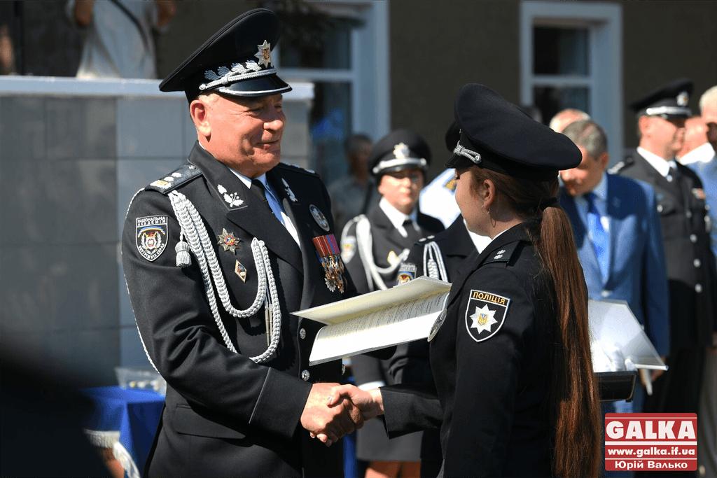 У Франківську майже півтори сотні випускників академії внутрішніх справ отримали перші офіцерські звання 17