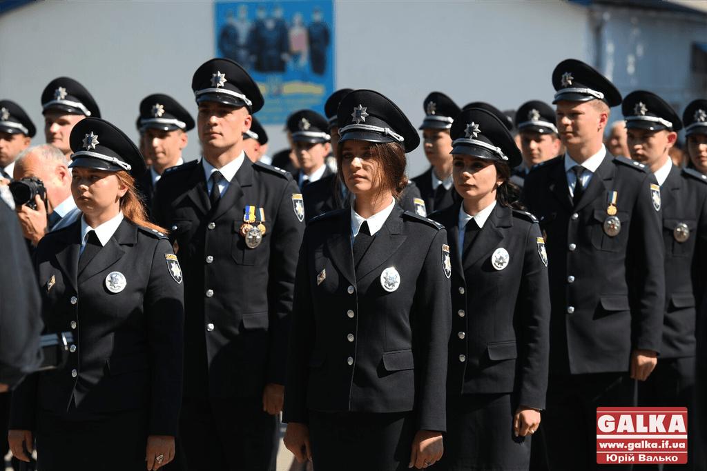 У Франківську майже півтори сотні випускників академії внутрішніх справ отримали перші офіцерські звання 36