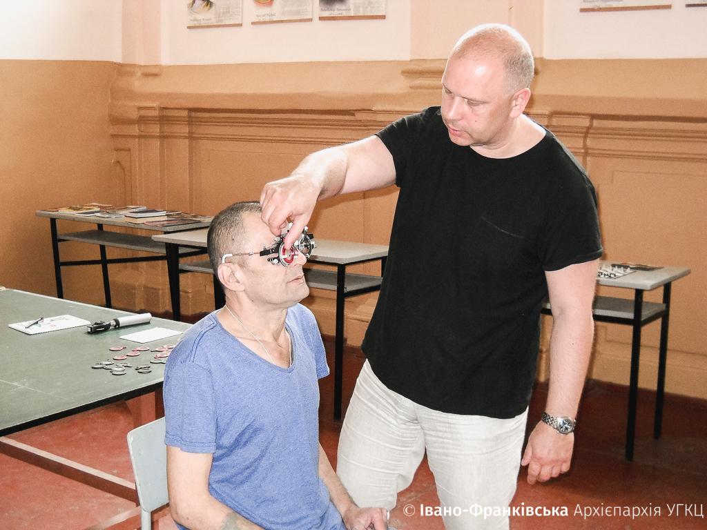 В'язнів франківського СІЗО оглянув офтальмолог та виписав окуляри 1